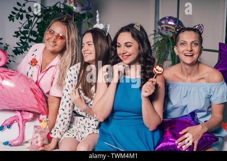 Hen-partido. Hermosa alegres chicas que se divierten en la empresa. Imagen De Stock
