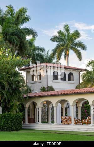Veranda, torre vigía y espacio exterior en casa de lujo, Naples, Florida, EE.UU. Imagen De Stock