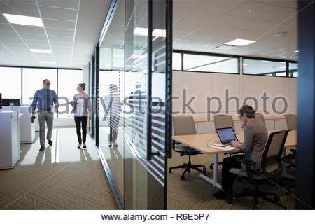 Gente de negocios caminar y trabajar en Office Imagen De Stock