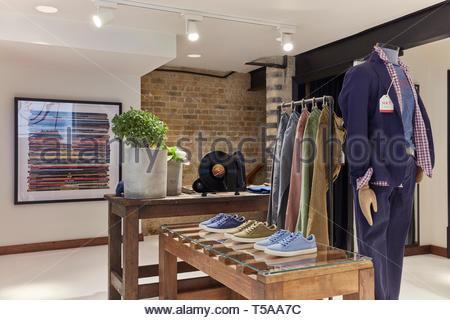 Presentación de tabla y maniqui en HKT. HKT Showroom, Londres, Reino Unido. Arquitecto: N/A, 2019. Imagen De Stock