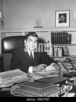Pierre Salinger, Secretario de Prensa del Presidente Kennedy en su oficina de la Casa Blanca. 25 ene, 1961. - (BSLOC Imagen De Stock
