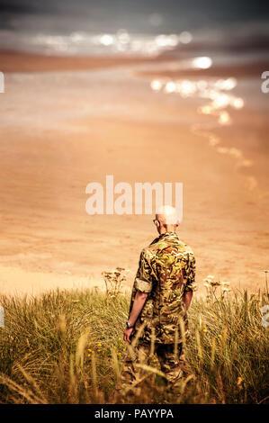 Joven soldado en el mar Imagen De Stock
