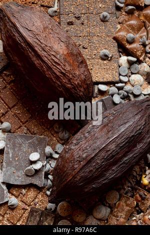 Surtido de chocolate con cacao de fondo Imagen De Stock