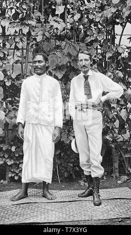 ROBERT LOUIS STEVENSON (1850-1894), novelista escocés y escritor de viajes con Tui-Ma-Le-Alii-Fano en Samoa Imagen De Stock