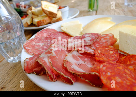 Selección de jamones y quesos italianos en la placa blanca. Imagen De Stock
