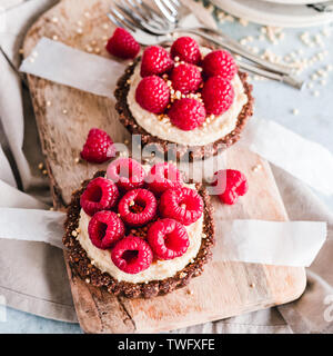 Vista aérea de dos tartas de frambuesa con helado de vainilla crema de castañas de cajú Imagen De Stock