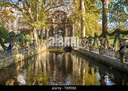 Francia, Paris, Jardín de Luxemburgo, la fuente Medici. Imagen De Stock