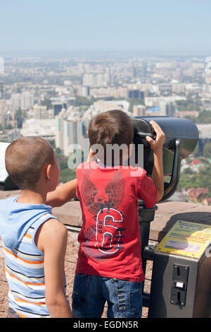 Niños mirando a ver de Almaty de Kok Tobe montaña, Almaty, Kazajstán Imagen De Stock