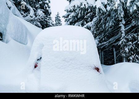 Parking cubierto de nieve en un lote de estacionamiento permanente. Imagen De Stock