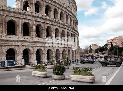 Un perímetro de seguridad de hormigón sembradoras y vehículos blindados en torno al Coliseo, Roma Imagen De Stock