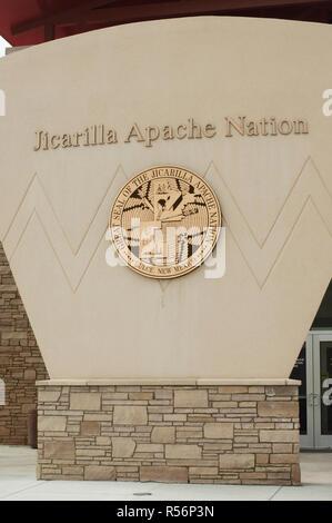 Sede del gobierno tribal, nación Apache Jicarilla, Dulce, Nuevo México. Fotografía Digital. Imagen De Stock