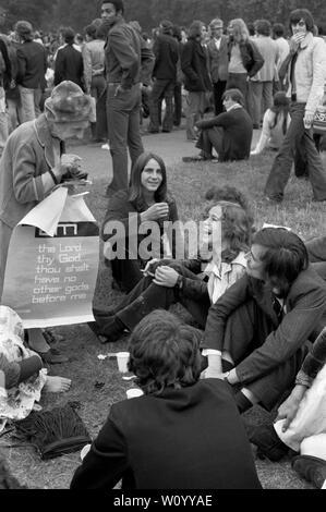 Festival Nacional de luz de septiembre de 1971 Londres fue un efímero movimiento de base formada por cristianos británicos preocupados por el aumento de la sociedad permisiva y los cambios sociales en la sociedad inglesa. Hyde Park, 1970 REINO UNIDO más anciana tratando de convencer a la joven generación de la forma de vida cristiana. 70s UK HOMER SYKES Imagen De Stock