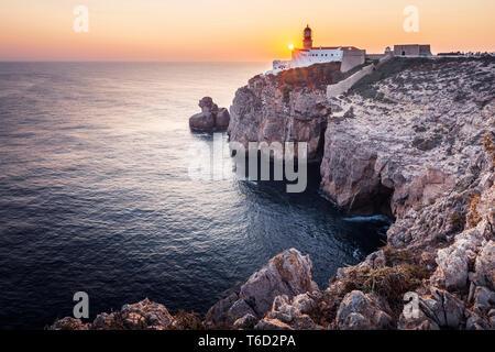 Portugal, Algarve, Costa Vicentina, Sagres y Cabo San Vicente (Cabo de Sao Vicente) al atardecer Imagen De Stock
