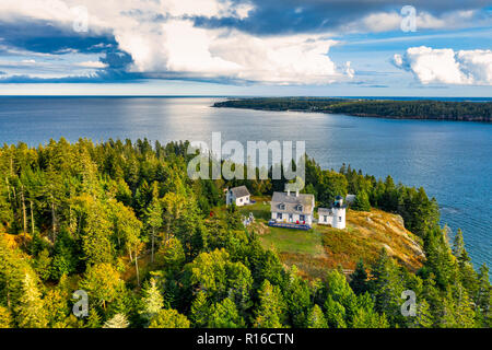 Vista aérea de la isla Lighhouse oso. Bear Island y The Bear Island Lighthouse están ubicados en la comunidad de Cranberry Isles, en Acadia National P Imagen De Stock