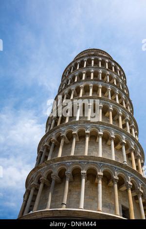 Ángulo de visión baja de una torre, La Torre de Pisa, Piazza dei Miracoli, en Pisa, Toscana, Italia Imagen De Stock