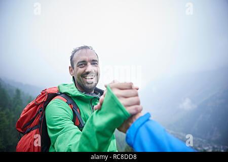 Excursionistas felicitar a sí mismos, Mont Cervin, Cervino, Valais, Suiza Imagen De Stock