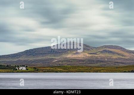 Moody y sombrío paisaje con montañas escocesas y un poco de croft Imagen De Stock