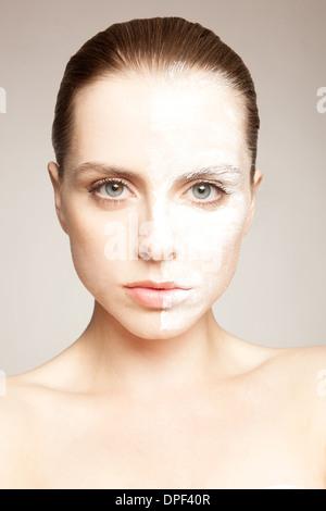Modelo con polvo en un lado de la cara Imagen De Stock