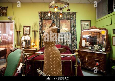 Interior de la tienda de antigüedades en el suroeste de los Estados Unidos. Imagen De Stock