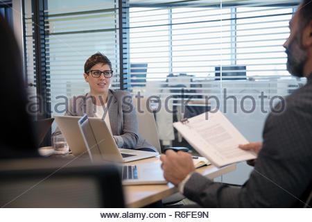 La empresaria escuchando en la sala reunión Imagen De Stock