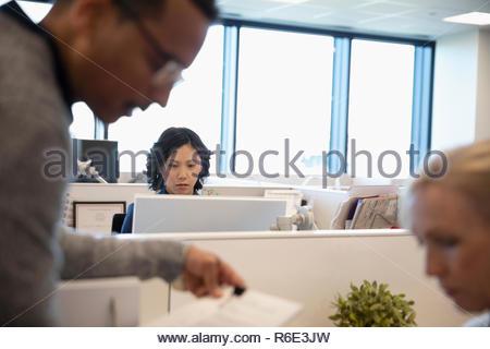 Se centró la empresaria trabajando en equipo en armario de oficina Imagen De Stock