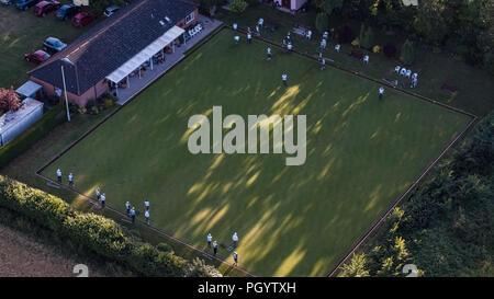 Vista aérea del club de bolos en el ojo, Suffolk con jugadores en verde Imagen De Stock