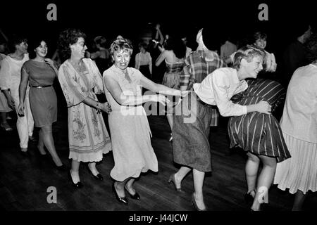 Línea de Conga todos sólo a niñas mujeres bailando juntos 1980 London UK ballroom private despedida Imagen De Stock