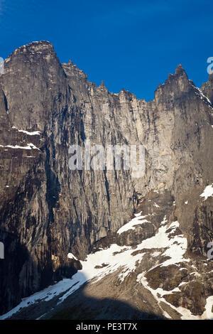 La luz del sol por la mañana temprano en el 3000 pies vertical en pared Troll Romsdalen valle, Møre og Romsdal, Noruega. Imagen De Stock