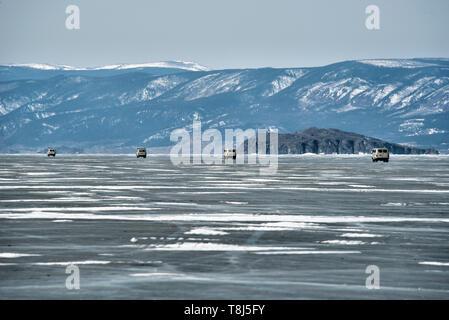 Los vehículos 4x4 a través de la conducción del lago Baikal, en Siberia, Rusia Imagen De Stock