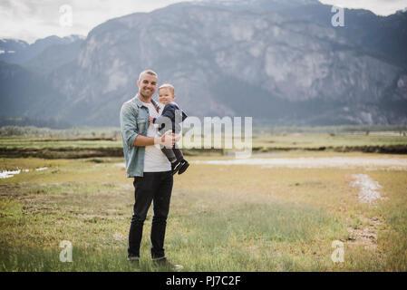 Retrato padre e hijo de pie en ámbito rural Imagen De Stock