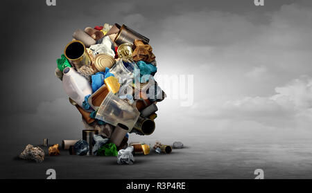 Concepto de reciclaje y reciclar residuos de basura como la idea de la forma de una cabeza humana hecha de vidrio, plástico y cartón basura sobre un fondo horizontal. Imagen De Stock