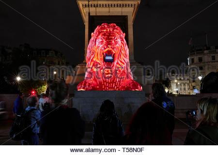 Estatua con proyección y multitud. Por favor, alimentar a los Leones - Festival de diseño de Londres 2018, Londres, Reino Unido. Arquitecto: Es Devlin, 2018. Imagen De Stock