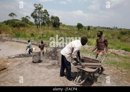 Fábrica de ladrillos financiado por un préstamo de microfinanzas ENCOT, Uganda, África Imagen De Stock