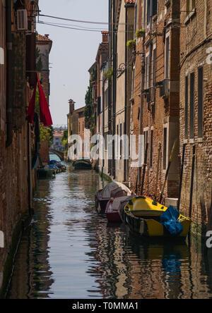 Venetian cariados, fachadas y reflexiones sobre un canal, la región del Veneto, Venecia, Italia Imagen De Stock