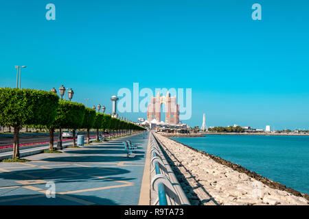 Perspectiva del Abu Dhabi Corniche paseo marítimo con vistas a la Marina de la isla. Imagen De Stock