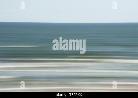 La exposición prolongada de las olas en el mar. Imagen De Stock