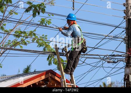 Montador trabajando en la línea de alimentación, Samara, Guanacaste, Costa Rica Imagen De Stock