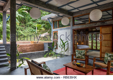 Salón con vistas al jardín. Jalakara Villa Hotel, Islas Andamán y Nicoar, India. Arquitecto: Ajith Andagere, 2016. Imagen De Stock