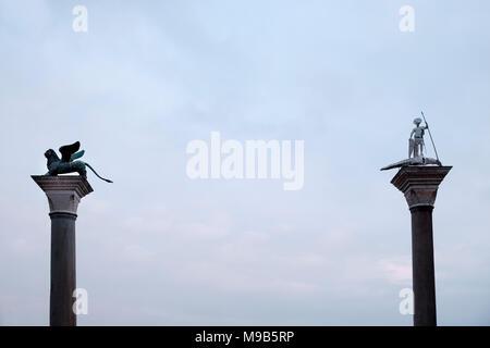 Columna de San Marcos (el león alado) y la columna de San Teodoro, los dos santos patronos de Venecia, situado en la Plaza de San Marcos, reúne la Gran Ca Imagen De Stock