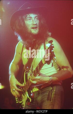 LONG BEACH, CA - 15 de abril: músico Roger Glover de Deep Purple en conciertos en Long Beach Arena el 15 de abril de 1973 en Long Beach, California. Imagen De Stock