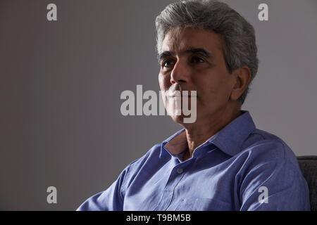 Retrato de altos hombre mirando lejos Imagen De Stock
