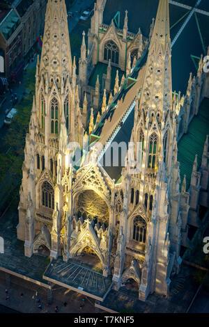 Vista aérea de la Catedral de San Patricio, iluminada por la mañana temprano reflexiones desde el Rockefeller Center, Manhattan, Ciudad de Nueva York, EE.UU. Imagen De Stock