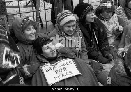 Las mujeres de Greenham Common Peace Camp. Abuelas por la Paz, mujeres mayores sentarse protesta 1985, 1980 UK HOMER SYKES Imagen De Stock