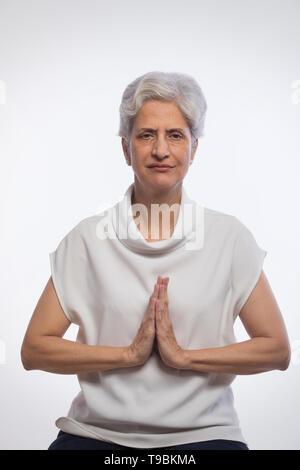 Mujer Senior orando Imagen De Stock