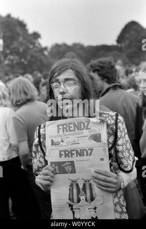 Friendz amigos periódico clandestino parte de la sociedad alternativa prensa clandestina que se vende en el Festival Nacional de la luz, Hyde Park, Londres, 1971. 1970 UK HOMER SYKES Imagen De Stock