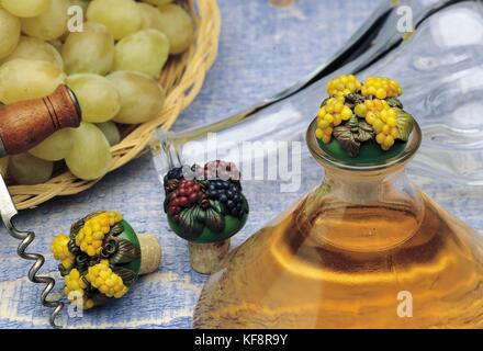 Bodegón con tapas de botella decoraciones cernit Imagen De Stock