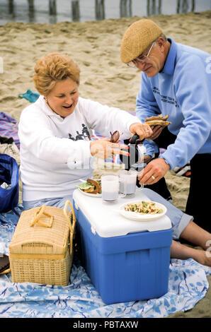 Altos par disfrutar de un picnic en la playa el Sr. © Myrleen Pearson .....Ferguson Cate Imagen De Stock