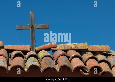 Cruz sobre las tejas del techo en la purísima misión cerca de Lompoc CA. Fotografía Digital. Imagen De Stock