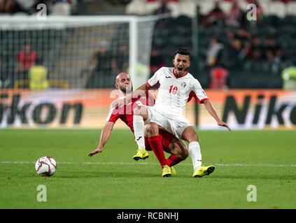 El 15 de enero de 2019, el estadio Mohammed bin Zayed, Abu Dhabi, Emiratos Árabes Unidos; AFC Copa Asiática de Fútbol, Palestina frente a Jordania; Mohammed Bassim ensuciamiento de Palestina Ahmed Samir de Jordania Imagen De Stock