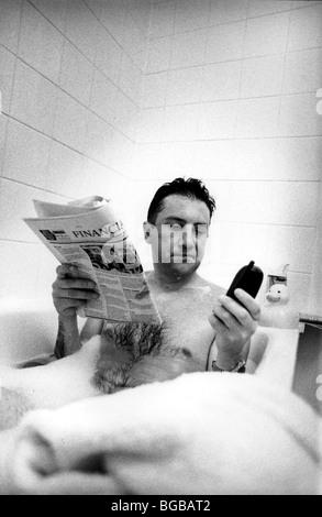 Fotografía de hombre de negocios comprobación de baño precios liebre inversiones Imagen De Stock
